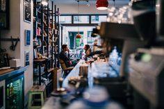 Hier haben wir die coolsten Spots, wenn du mal wieder auf einen Koffeinschub aus sein solltest. Köln hat so einige Cafés und wir haben die besten für dich.