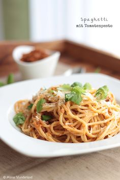 Spaghetti with Tomato pesto (scroll down for the English version)