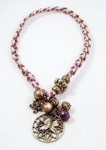 Bixut - Pulsera Coraline lila. Realizada en amatista, ante, lazo y piezas de metal de fantasía