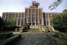 'De Inktpot' is gebouwd tussen 1918 en 1921 naar ontwerp van spoorwegingenieur G.W. van Heukelom. Deze gebruikte daar 22 miljoen bakstenen voor, waarmee 'De Inktpot' het grootste bakstenen gebouw van Nederland is. Het interieur van 'De Inktpot' is net zo indrukwekkend als de buitenkant. Liefst 4000 m3 eikenhout is er in verwerkt en de monumentale trappenhuizen, vergaderzalen en art-deco klokken zijn nog in originele staat