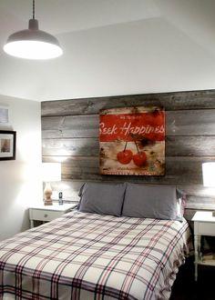 Holzwand graues Holz kleines Schlafzimmer rustikaler Stil - gemütlich
