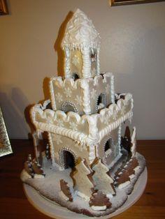 Lumikuningattaren linna on meillä tehty jo monena vuonna ja aina se on vähän erilainen. Mutta yksi on varmaa joka vuosi: kuorrutetta ja kimalletta pitää olla runsaasti! - by Katri -- Piparkakkutalo, Joulu, Gingerbread house, Christmas
