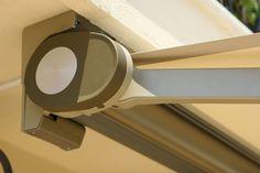 Dettaglio del cassonetto e della staffa di fissaggio a soffitto