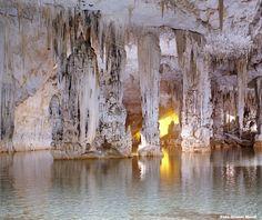 Le Grotte di Nettuno sono delle formazioni carsiche situate a circa 24 km da Alghero, nel versante nord-ovest del promontorio di Capo Caccia, nell'omonima area protetta della Sardegna nord-occidentale.  Indirizzo: Località Capo Caccia - Alghero (SS)