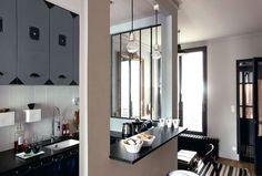 Une petite cuisine semi ouverte qui a tout d'une grande - Ces 19 petites cuisines qui ont du charme - CôtéMaison.fr