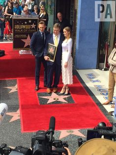 """""""John Goodman joined by Jeff Bridges and Kong: Skull Island co-stars Tom Hiddleston + Brie Larson as he received a #hollywoodwalkoffame star"""" (https://mobile.twitter.com/DavidMercerPA/status/840354709743456256 )"""