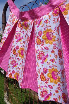 Pleated apron tutorial - love the color comnination! Half Apron Patterns, Apron Pattern Free, Dress Patterns, Sewing Patterns, Retro Apron, Aprons Vintage, Sewing Aprons, Sewing Clothes, Doll Clothes