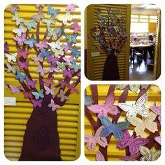 Nossa árvore com borboletas feitas com técnica do PONTILHISMO