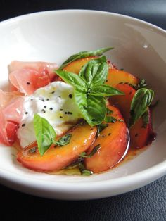 Salad peaches, we don't think about it enough, yet when they are caramelized and tender, they go wonderfully well with salt. 2 people / person 4 yellow peaches burrata butter powdered sugar 4 slices of … Healthy Meals To Cook, Healthy Eating, Healthy Recipes, Caesar Salat, Caprese Salat, Grilled Fruit, Grilled Fish, Food Design, Grilling Recipes