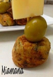 Brochettes de boulettes de thon fromagées, dés de comté et olives vertes