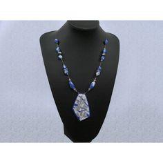 Fris blauwe ketting van 60 cm lang. Luchtig geregen met hangemaakte blauwe kralen en een mooie hanger met zilver accent.