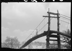 Mountaineers crossing the Kentucky River over swinging bridge, carrying their supplies home from Jackson. Breathitt County, Kentucky | Library of Congress