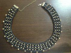 collar Cleopatra, con polipiel trenzada y abalorios dorados. Regalo Carlota.