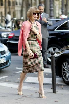 Anna Wintour gives advice on how to dress. Here in her checkered dress with matching sweater and signature sunglasses.