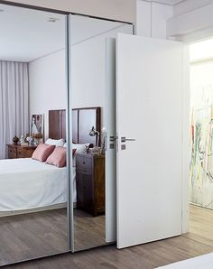 O espelho é perfeito para aumentar os espaços. Neste caso, ele reveste as portas de correr do armário e dá a impressão de duplicar o quarto. Projeto da arquiteta Julliana Camargo.