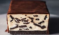 Cookies 'n' cream cheesecake bar Classic Oreo biscuits are used to make both the base and the crunchy filling inside this more-ish cheesecake bar. Low Fat Cheesecake, Oreo Cheesecake Bars, Cookies And Cream Cheesecake, Cheesecake Recipes, Cookie Recipes, No Bake Desserts, Delicious Desserts, Dessert Recipes, Ultimate Cookie Recipe