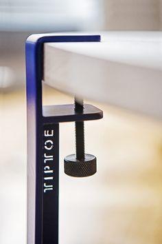 Крепление для стола Le pied TIPTOE se fixe en quelques secondes sur n'importe quel support à l'aide d'une vis de serrage pour créer une table basse, une table… Steel Furniture, Furniture Plans, Diy Furniture, Modern Furniture, Furniture Design, Camping Table, Minimalist Furniture, Metal Fabrication, Wood Design
