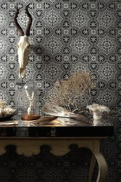 Piccadilly é um papel de parede com padrão caleidoscópio em cor preto e branco.
