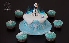 Cake design. Gâteau personnalisé en pâte à sucre sur le thème Olaf Reine des Neiges avec cupcakes assortis. Sugar paste Olaf Frozen themed cake with assorted cupcakes by Les Délices de Marion.