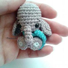 Great job  maginifico trabajo que ternura..Credit:  @trasterin_amigurumis -  No sé si así podéis apreciar mejor el tamaño del elefantito.. PatrónCredit: @luiluh.handmade  Tamaño: 5cm Aguja: 2.00mm Hilo: algodón Drops Safrán para aguja de 3.0mm  Ojos de seguridad: 5mm . #elephant #elephants #elephantlove