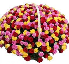 Шикарный подарок для дорогого человека. Особый подарок. Ароматный микс из трех сотен роз: розового, желтого и красного цвета. Их позитивная и жизнерадостная палитра призвана доставить ошеломительное море радости получателю.