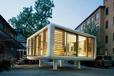 一見素朴なこのお家は、仕事用、友達と過ごす用、また宿泊施設としても使える機能的なものだ。360°のパノラマ景色 ...