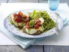 Das Rezept für Kleine überbackene Putenschnitzel zu Pesto-Spaghetti und weitere kostenlose Rezepte auf LECKER.de