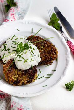 Zucchini-Thunfisch Bratlinge mit Kräuterdip. Ein schnelles und gesundes Abendessen. Proteinreich und LowCarb.