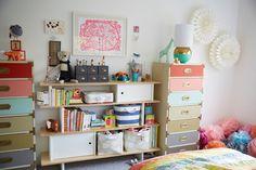 Oh Joy est une agence de graphisme, basée à Los Angeles, créée par Joy Cho en 2005.Aujourd'hui devenue une marque déposée, Oh Joy propose une ligne de produits allant du linge de maison, à la papeterie ou autres éléments décoratifs. Sur son blog la créatrice a présenté la chambre de sa petite fille qui m'a clairement tapé dans l'oeil!…l'ambiance est fraiche, pêchue et vraiment craquante pour une miss.L'espace est lumineux, et les couleurs chaudes cohabitent avec des touches de gris. J'ai…