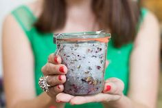 DIY Body Scrubs for Your Pre-Wedding Beauty Routine - mywedding Body Scrub Recipe, Diy Body Scrub, Diy Scrub, Do It Yourself Baby, Pot Pourri, Floral Bodies, Diy Spa, All Nature, Peeling