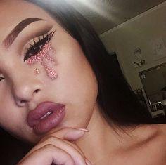 gotta love snapchats camera quality ✨ ✨EYES: @loraccosmetics •Taupe•Espresso•Black• Bulglitters.com •Aurora's Tale• ✨BROWS:@anastasiabeverlyhills Pomade Dip-brow in Dark Brown ✨LIPS: @jeffreestarcosmetics Velour Liquid Lipsticks in Androgyny ✨BRUSHES:@morphebrushes Elite brushes ✨LASHES: @houseoflashes in Iconics.