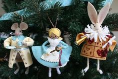 alice in wonderland themed ornaments - great gift idea with a copy of the book. Felt Christmas, Christmas Crafts, Alice In Wonderland Gifts, Clothespin Dolls, Felt Decorations, Xmas Ornaments, Ornament Box, Felt Dolls, Christmas Inspiration