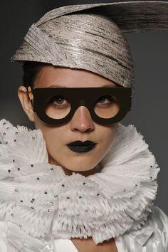 Chapéu produzido com jornal por meio da técnica de papel machê. Criação de Mary Designs. #moda #tendencias #reciclagem #chapeu #jornal