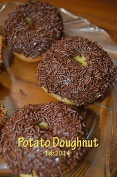 Traditional doughnut in Java, Indonesia. Topped with chocolate rice. Fluffy and yummy. Baking Buns, Doughnut, Rice, Potatoes, Snacks, Traditional, Cookies, Chocolate, Eat