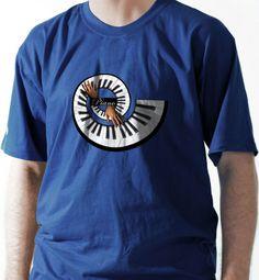 Uma imagem diferente que você nunca viu, um piano redondo. Camiseta para quem toca, curte ou gosta de camiseta diferente.