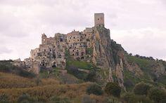 Craco, Basilicata foto di Drumsara, via flickr http://blog.viaggiverdi.it/2013/08/bellissimi-borghi-abbandonati-una-nuova-forma-di-turismo/