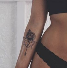 The Best Compass Tattoo Designs, Ideas and Images with meaning and drawings. Compass tattoos inspirations are beautiful for the forearm, wrist or back. Mens Arrow Tattoo, Arrow Tattoo Design, Arrow Tattoos, Forearm Tattoos, Sleeve Tattoos, Tattoo Arm, Tiny Tattoos For Women, Tattoo Designs For Women, Trendy Tattoos