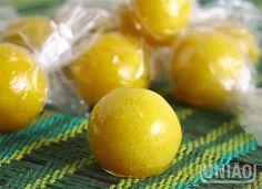 Foto: BALA BAIANA  As balas baianas são cocadinhas enroladas e passadas em calda de açúcar caramelada. Lembre-se que a cocadinha não é um beijinho, pois são lascas de coco raladas na mesma proporção do leite condensado. Podem ser embrulhadas em papel celofane transparente e servidas na mesa de doces. Também são deliciosas!    Ingredientes  1 lata de leite condensado 250 gr de coco 3 unidades de gema de ovo 1 colher de sopa de açúcar 1 colher de sopa de manteiga  Calda:  400 gr de açúcar 1…