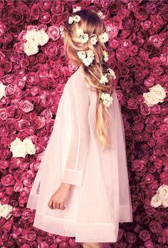 bella la pettinatura, i colori e il vestito sia il colore che anche il taglio