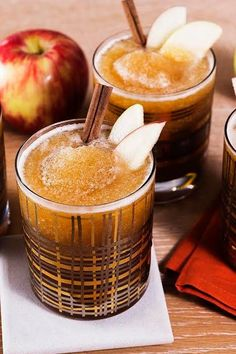 A Boozy Cider Slushie. Start by filling an ice cube tray with apple cider. In a blender, add frozen cider cubes to bourbon, ginger beer, chai tea and lemon juice! Cider Cocktails, Fall Cocktails, Fall Drinks, Bourbon Drinks, Craft Cocktails, Mixed Drinks, Bourbon Apple Cider, Hard Apple Cider, Spiked Cider