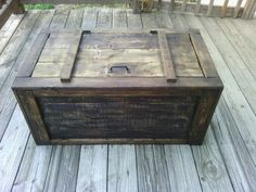 More pallet patio, gardening, DIY furniture ideas and… Pallet Chest, Pallet Crates, Pallet Patio, Refurbished Furniture, Pallet Furniture, Furniture Projects, Diy Pallet Projects, Wood Projects, Woodworking Projects