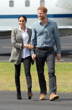 Prince Harry, Duke of Sussex and Meghan, Duchess of Sussex arrive at Dubbo Airport on October 2018 in Dubbo, Australia. The Duke and Duchess of Sussex are on their official Autumn tour. Meghan Markle Outfits, Meghan Markle Style, Serena Williams, Prinz Harry Meghan Markle, Kate Middleton Outfits, Photos Of Prince, Princes Diana, Prince Harry And Meghan, Fashion 2018
