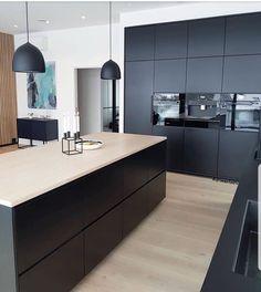 Do you like black kitchens? Open Kitchen Interior, Open Plan Kitchen Living Room, Kitchen Room Design, Modern Kitchen Design, Home Decor Kitchen, Home Kitchens, Home Interior, Black Kitchens, Kitchen Hacks