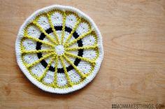 Mandala de ganchillo en blanco amarillo y negro