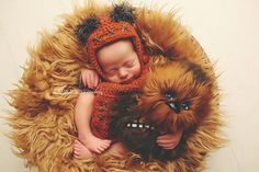 Adorable baby Ewok hugging Chewbacca from Star Wars - 37 Newborns Wearing Adorable Geek Baby Clothes Is Going to Melt Your Geeky Heart Newborn Baby Photos, Newborn Baby Photography, Newborn Pictures, Baby Pictures, Newborn Babies, Newborns, Star Wars Baby, Baby Kostüm, Baby Love