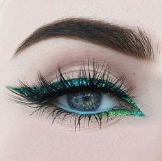 Colored eyeliner and eyelid lines- Farbige Eyeliner und Lidstriche Pin for Later: 25 creative eyeliner ideas that go far beyond a black eyeline. Colored eyeliner and eyeliner - Glitter Eyeliner, No Eyeliner Makeup, Glitter Makeup, Hair Makeup, Eyeliner Ideas, Black Eyeliner, Color Eyeliner, Silver Eyeliner, Glitter Lipstick