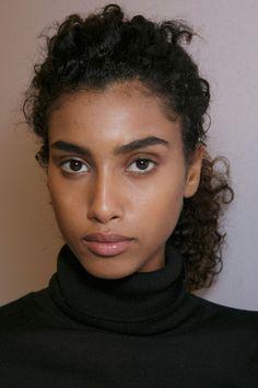 / visage / personnage / jeune / femme / regard / rivièred'ocre