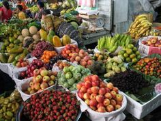 WANTED: Blenders are needed to process all the tropical fruits in the market stand above into licuados, smoothies and milkshakes. Guatemalan Recipes, Guatemalan Food, Fresco, Purple Fruit, Ice Cream Pops, Exotic Beaches, Fruit Stands, Tropical Fruits, Antigua