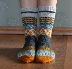 Ravelry: Die Tywlla von Craftzone knitting for beginners knitting ideas knitting patterns knitting projects knitting sweater Knitting Socks, Hand Knitting, Knitted Hats, Knitting Patterns, Crochet Patterns, Knit Socks, Free Crochet, Knit Crochet, Crochet Hats