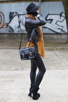 Botines negros + leggins negros + cardigan mostaza + chaqueta cuero + sombrero